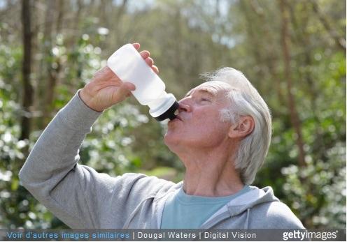 Senior buvant de l'eau