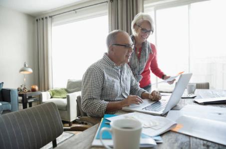 deux seniors devant un ordinateur portable