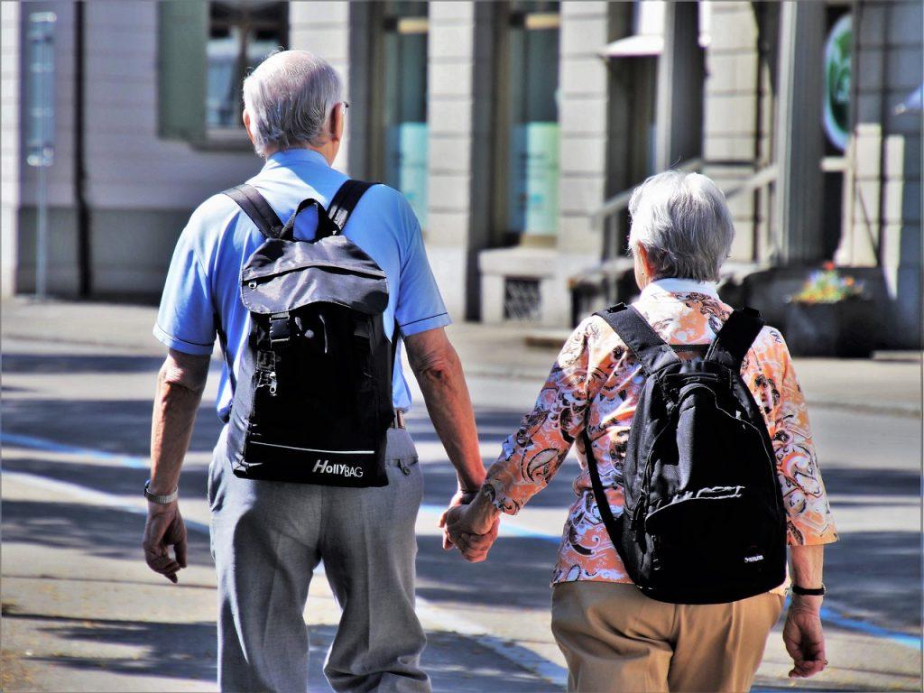 couple de seniors de dos avec des sacs à dos