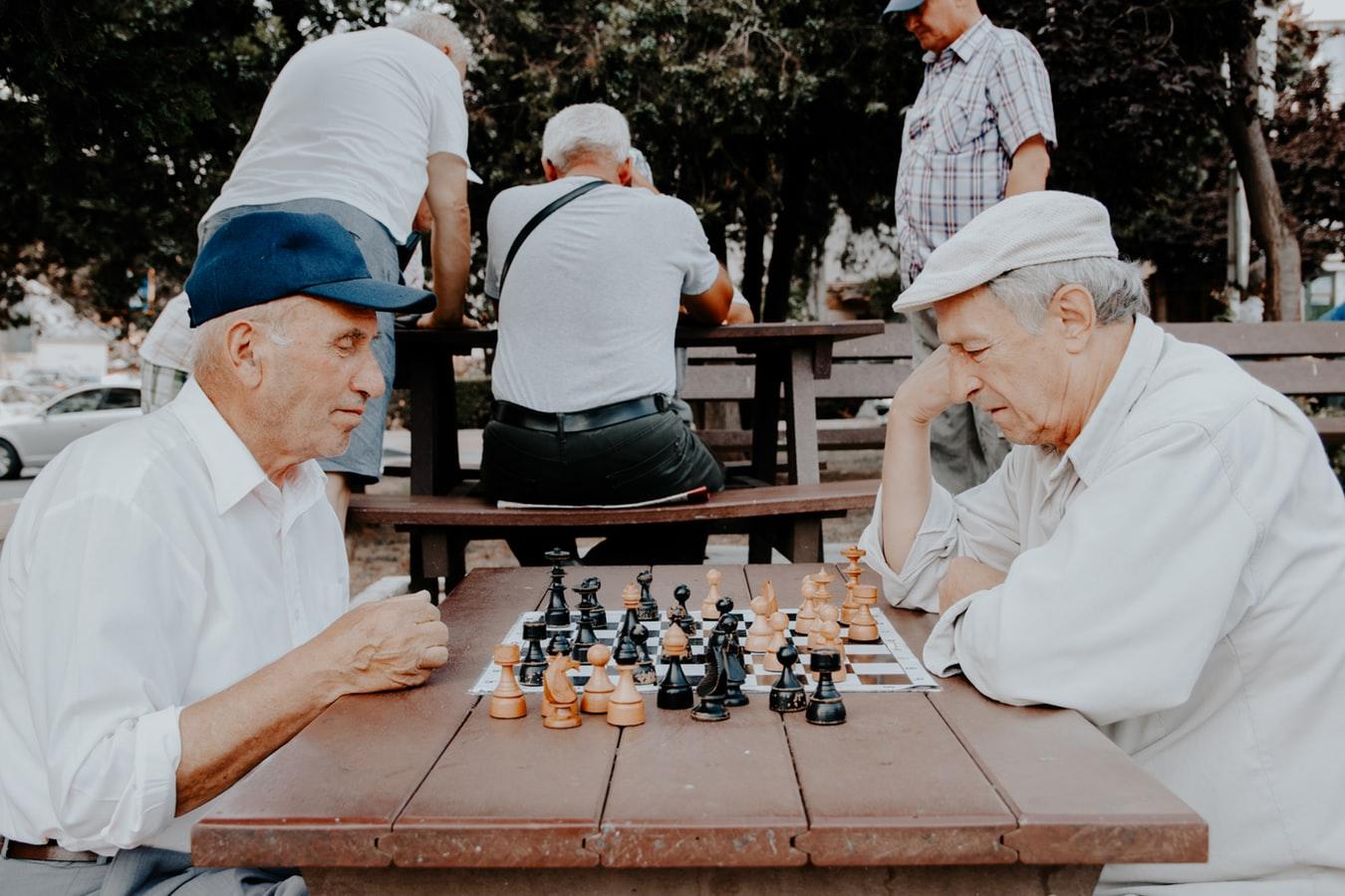 Deux seniors à la retraite qui font une partie d'échecs pour s'occuper