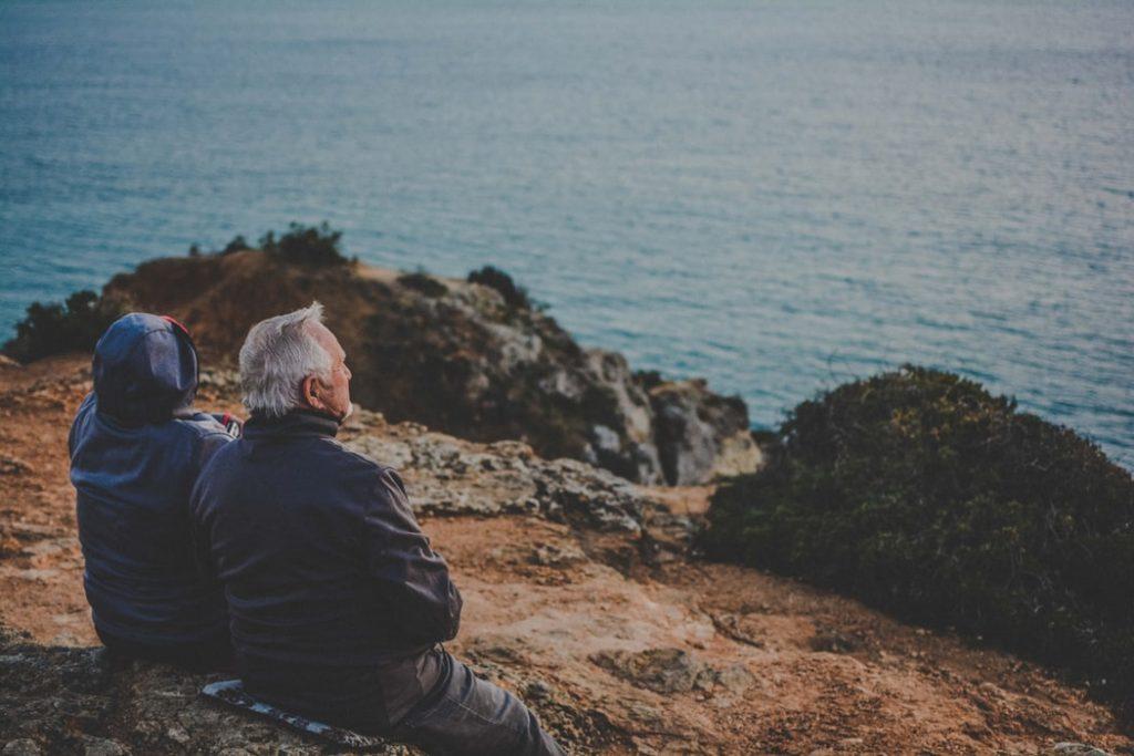 Couple de seniors qui admire la mer lors d'un voyage à la retraite