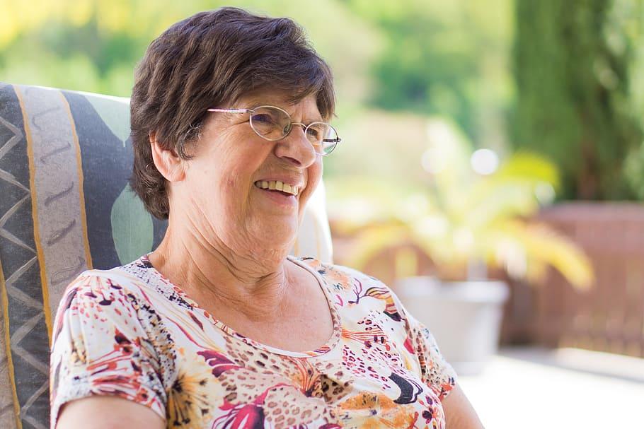 Grand-mère qui profite du quotidien avec le sourire