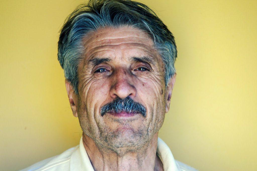 senior de face homme
