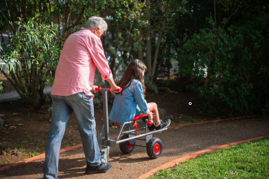 Grand-père qui joue avec sa petite-fille